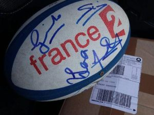 lot pour la tombola : ballon de rugby dédicacé