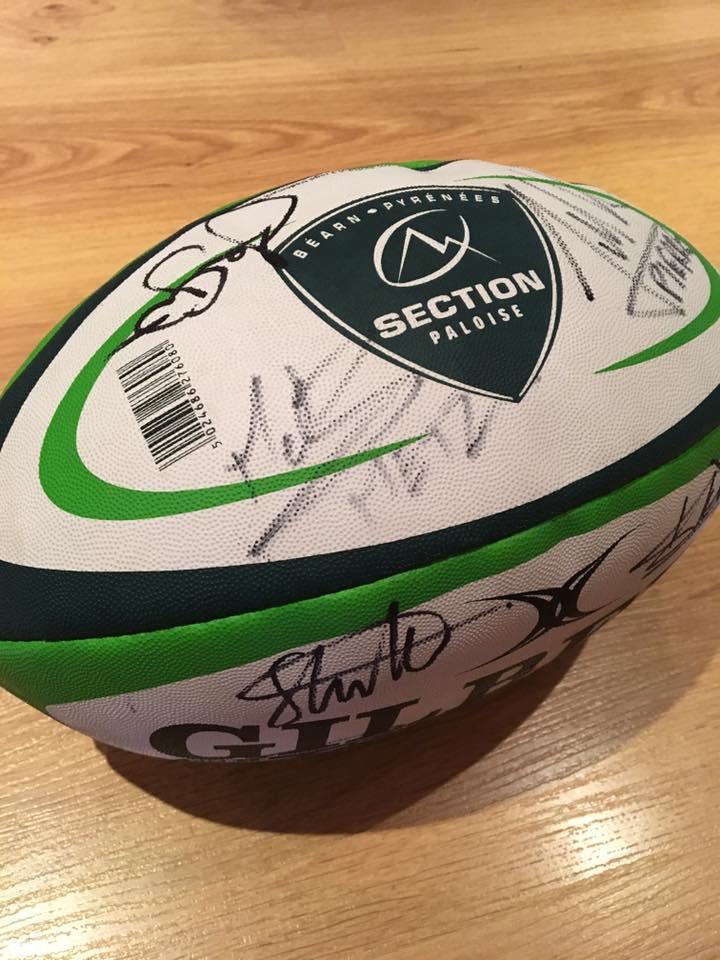 Ballon de rugby dédicacé par la Section Paloise